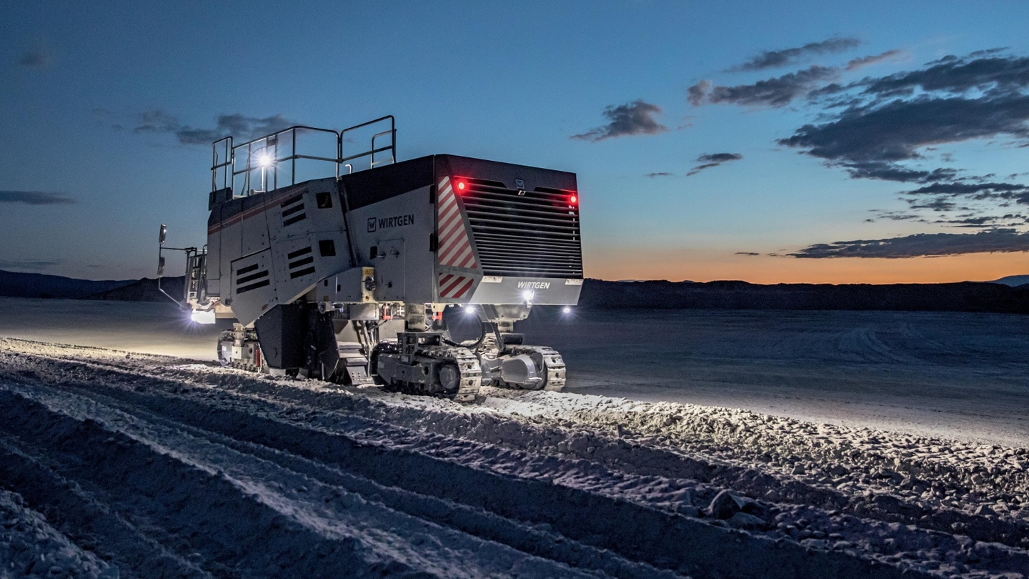The Wirtgen 220 SM/220 SMi surface miner features a compact design for easy transport and maneuverability.